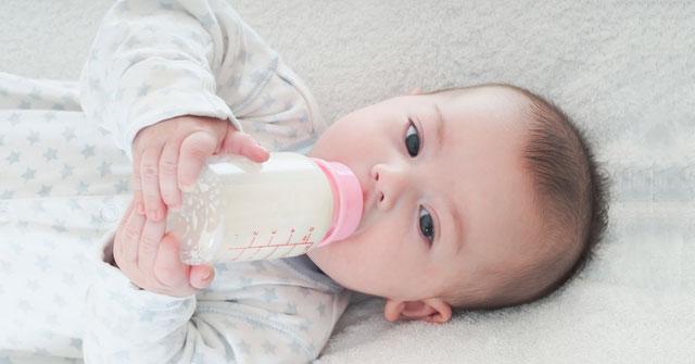 Cho bé uống sữa mỗi ngày
