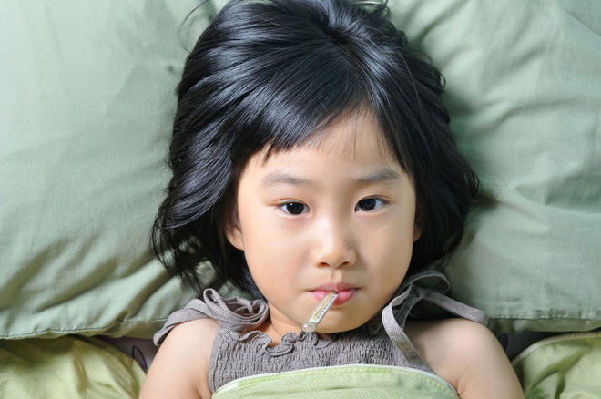 Ở nhà thì khỏe phây phây nhưng sao cứ đi trẻ, con lại ốm đau liên tục? Nguyên nhân là đây... - Ảnh 1.