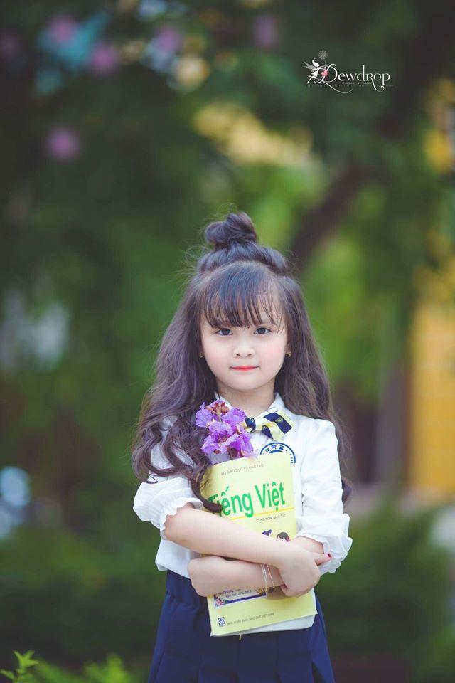 """Cô bé Phương Ly xinh xắn """"tái xuất"""" với lời chia tay lớp một."""