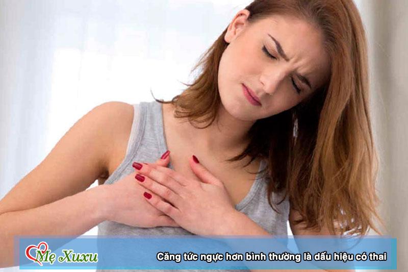 Căng tức ngực hơn bình thường là dấu hiệu có thai