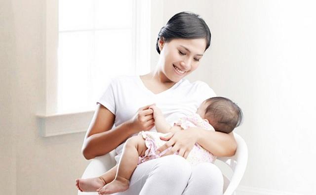 Phương pháp nuôi con kết hợp sữa mẹ và sữa ngoài đang rất được ưa chuộng hiện nay