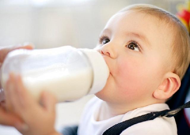 Khi chuyển sang sử dụng sữa bột công thức, lịch trình sinh hoạt thường ngày của bé sẽ ít nhiều bị thay đổi